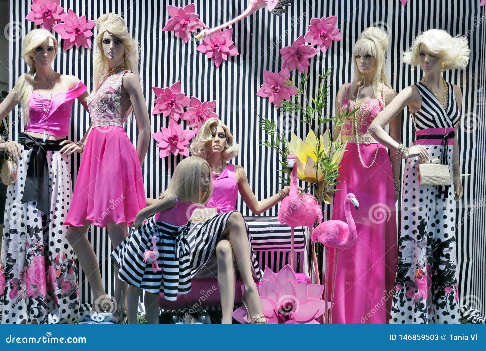 Vetrina con i vestiti alla moda del rosa e dei colori in bianco e nero