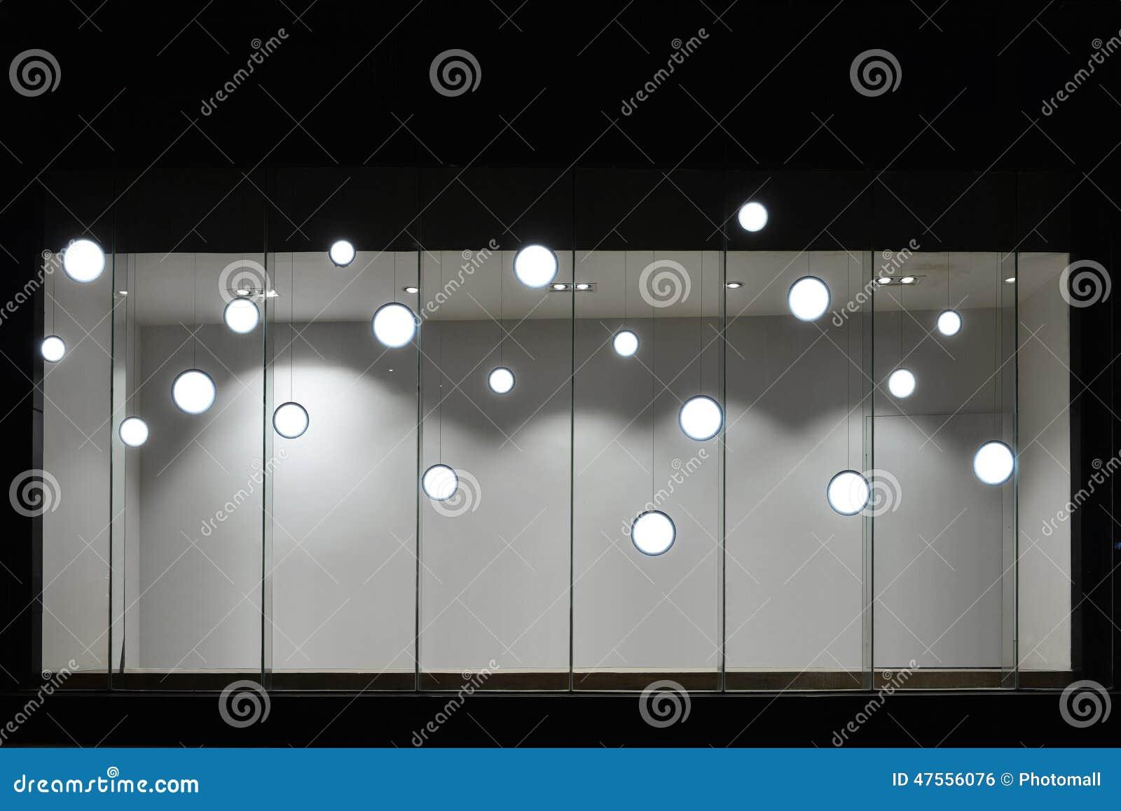 Vetrina di deposito vuota con le lampadine principali lampada del
