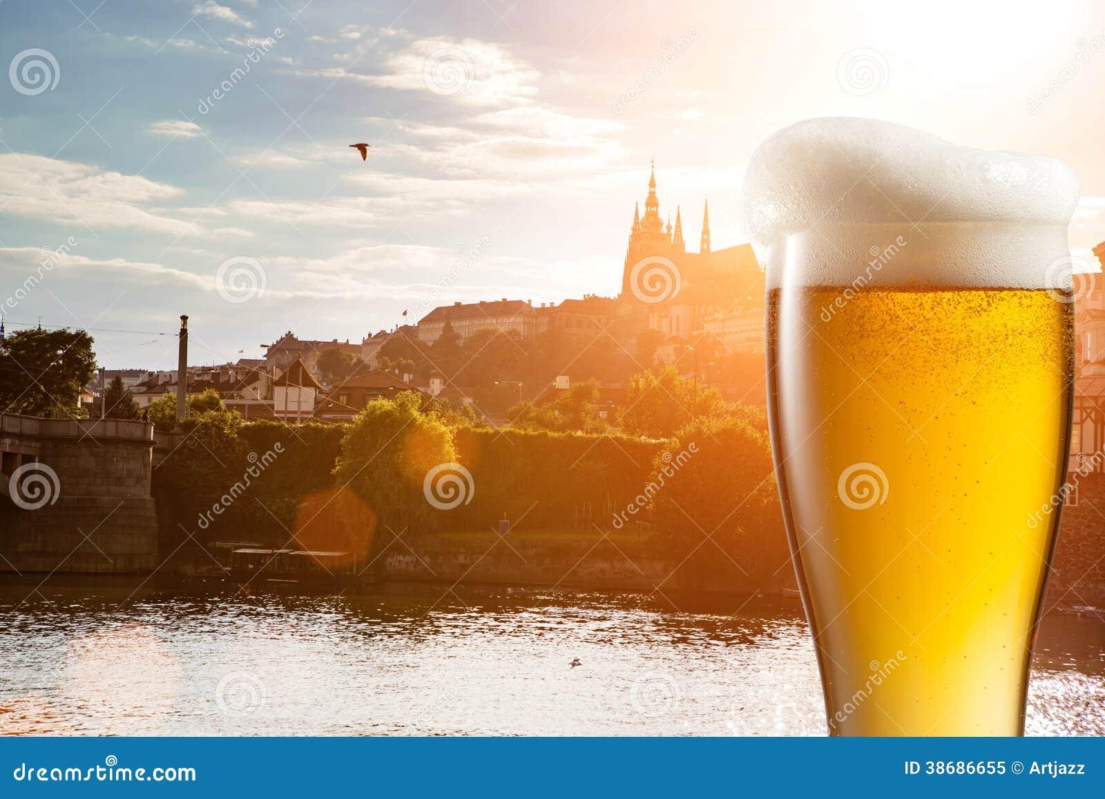Vetro di birra contro la vista di praga fotografia stock libera da diritti immagine 38686655 - Bagno birra praga ...