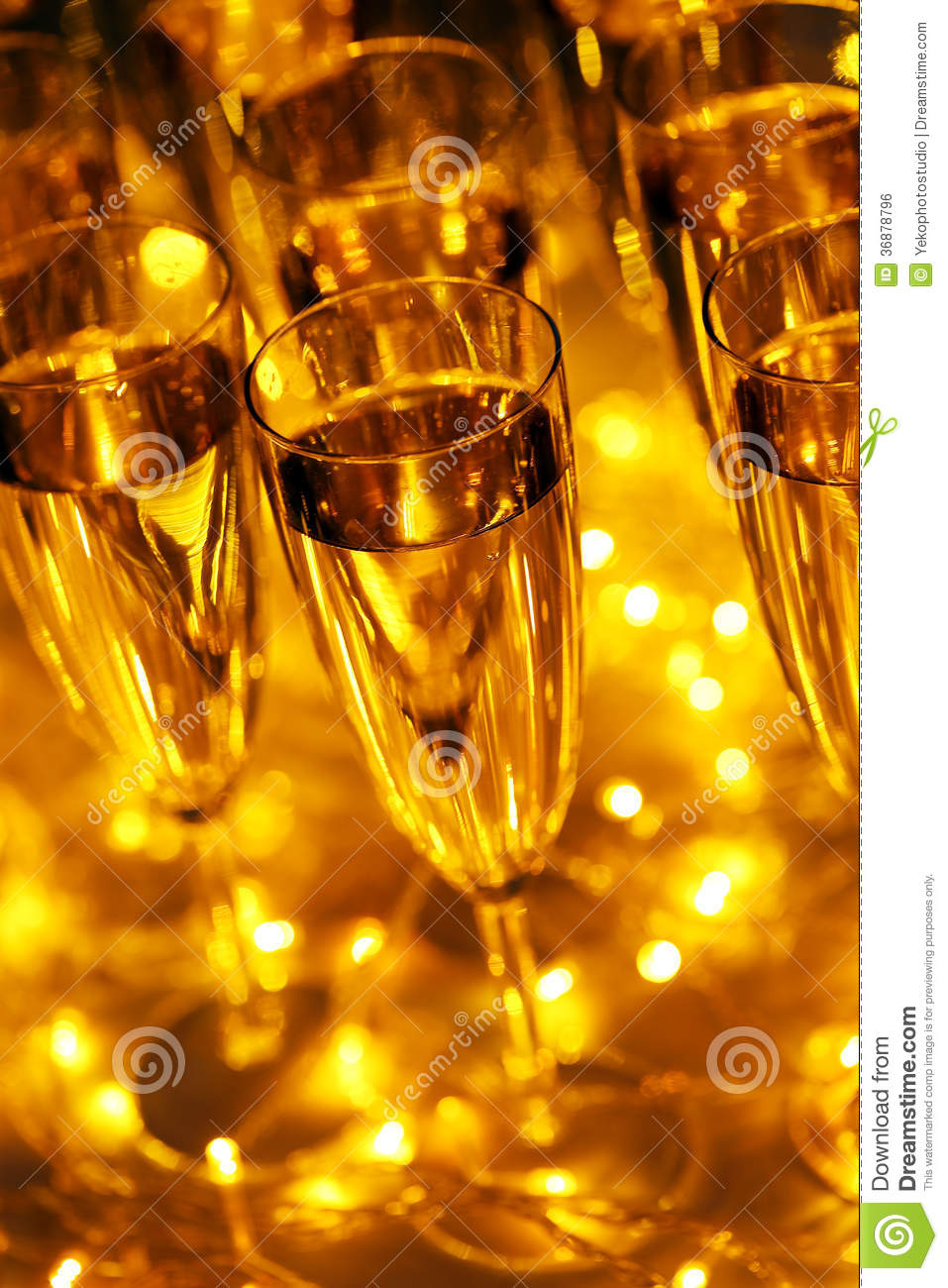 Download Vetro di champagne illustrazione di stock. Illustrazione di divertimento - 36878796