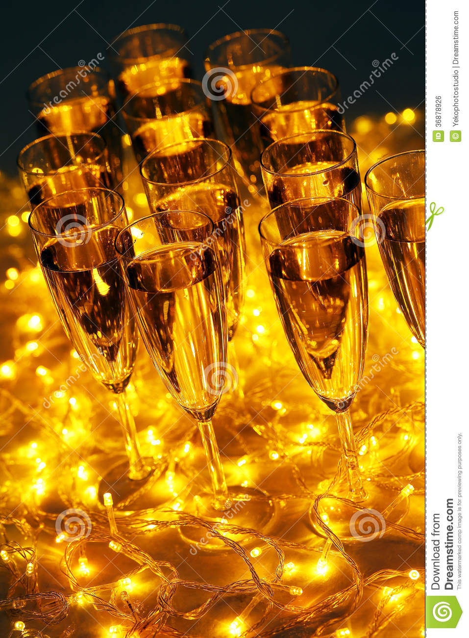 Download Vetro di champagne illustrazione di stock. Illustrazione di arte - 36878926