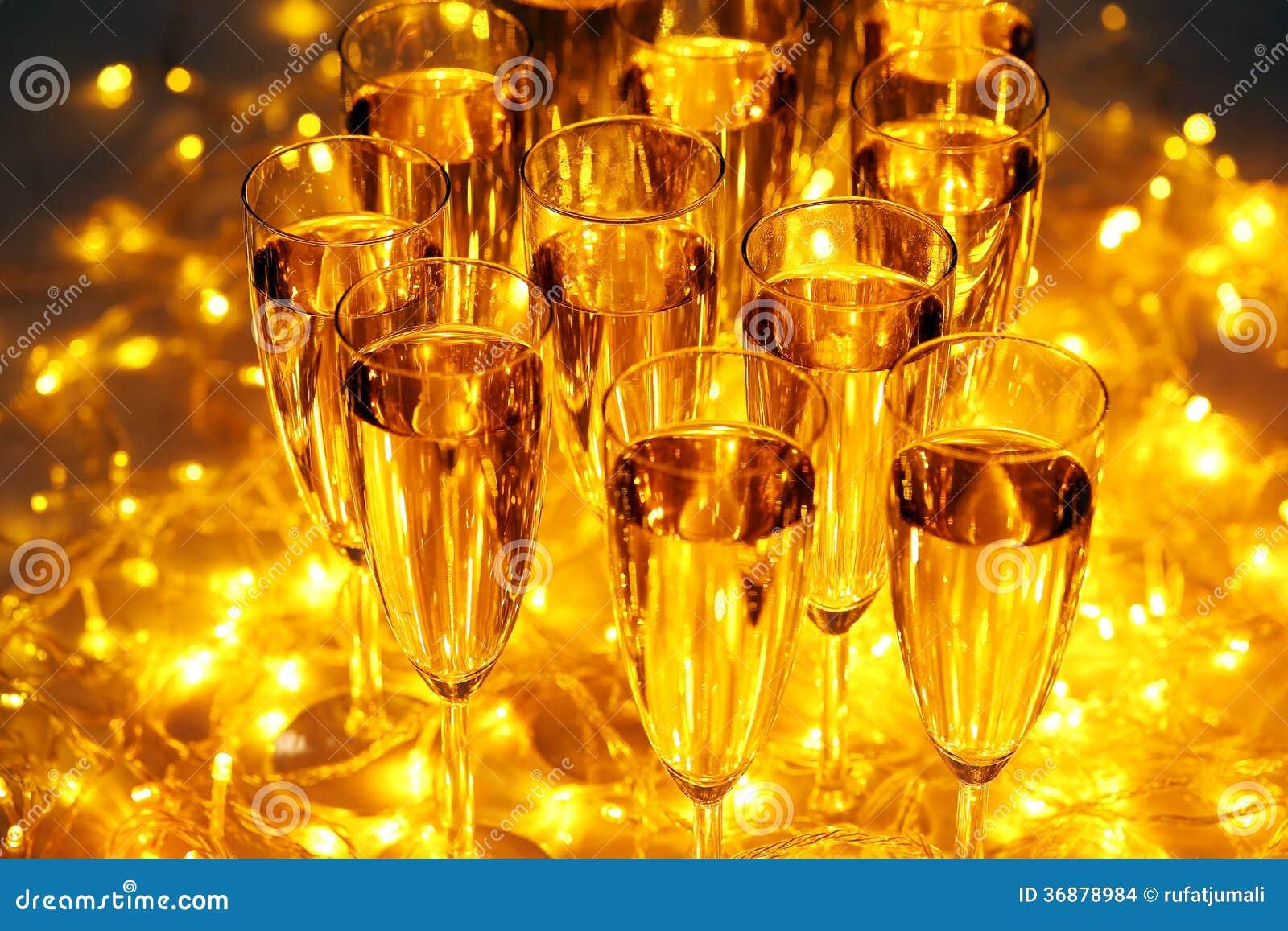 Download Vetro di champagne illustrazione di stock. Illustrazione di bevanda - 36878984