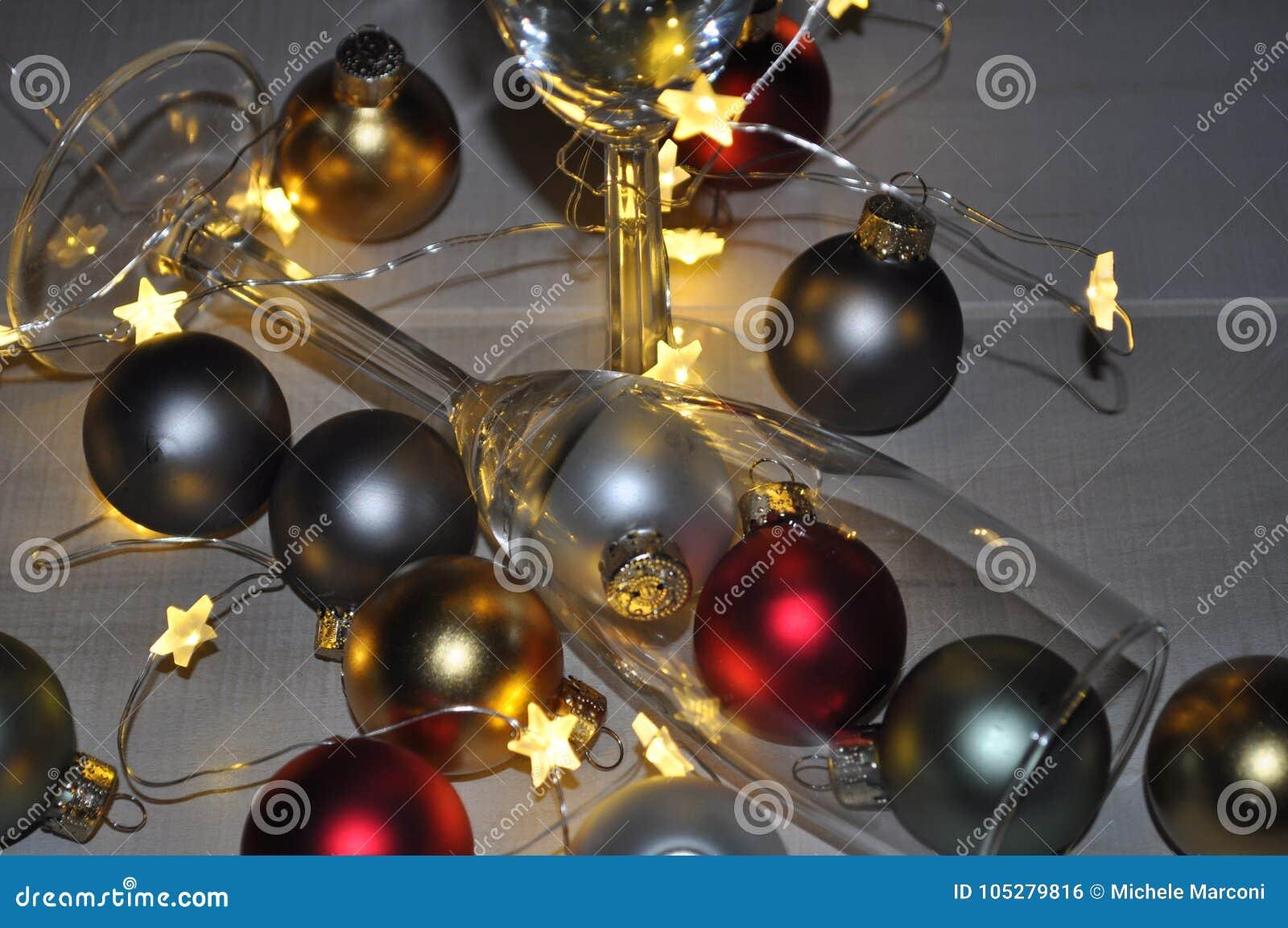 Vetro di Champagne degli ornamenti con le luci della stella