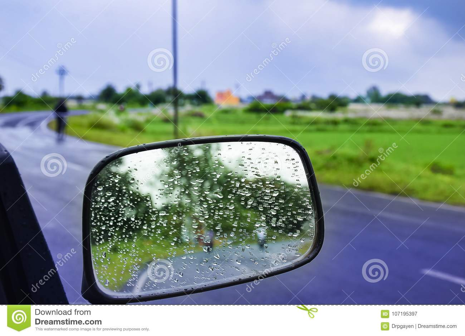 Vetro di finestra dello specchio di AUTOMOBILE IN MOVIMENTO - VIAGGIANDO con la condensazione delle gocce di acqua naturali Foto