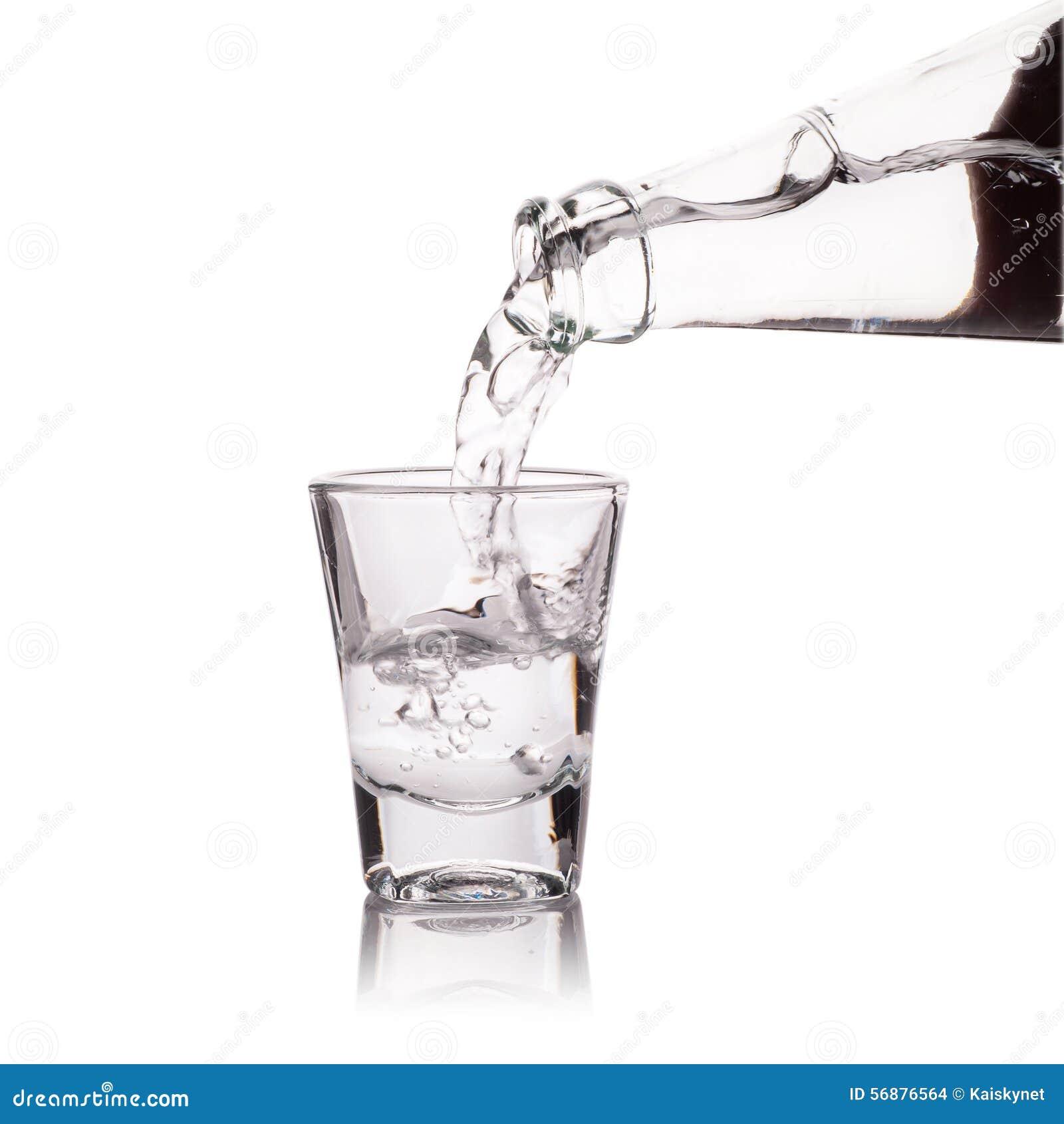 Vetro di vodka isolato su bianco