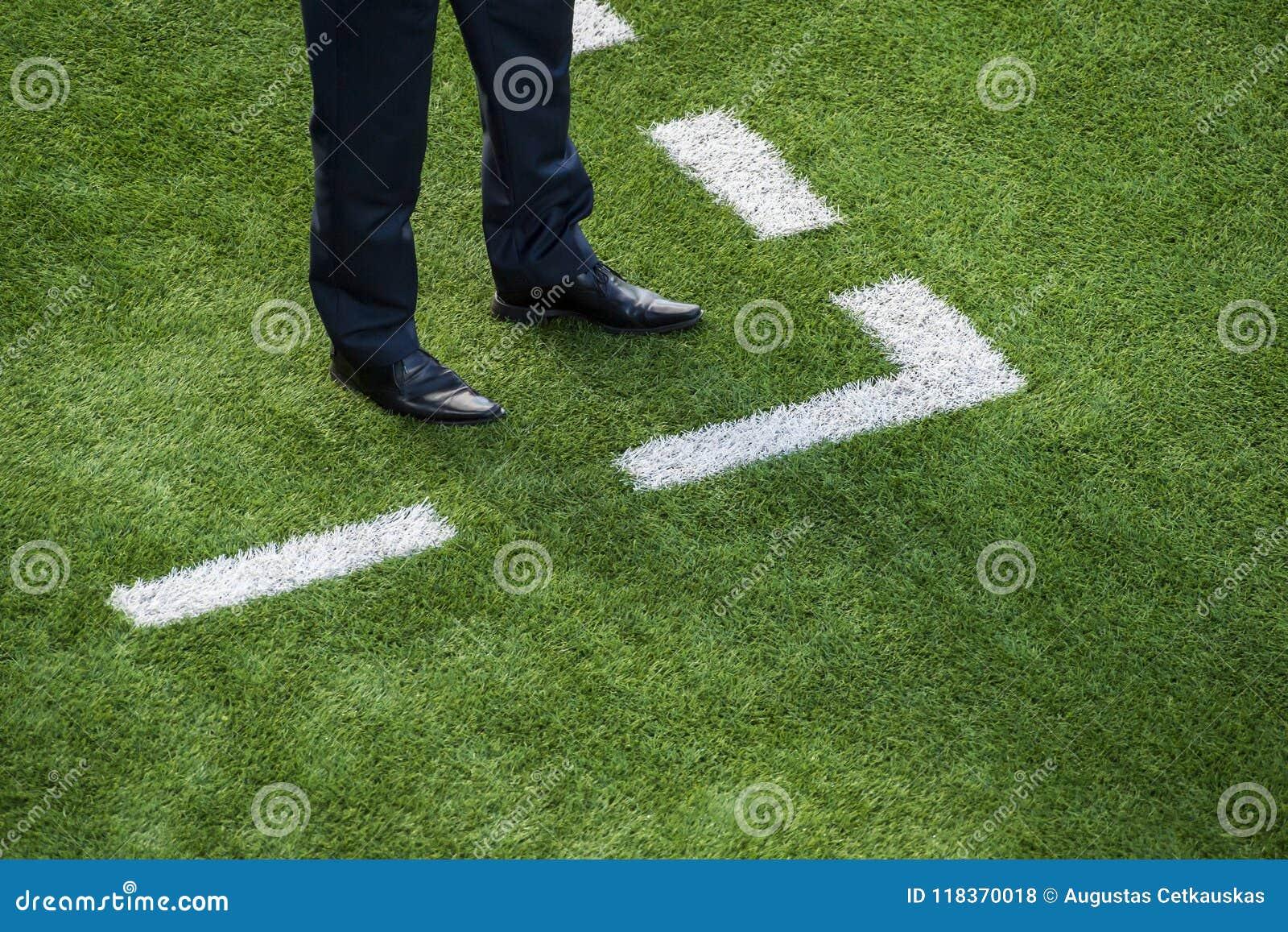 Vettura che sta accanto alla linea di gesso sul campo di calcio