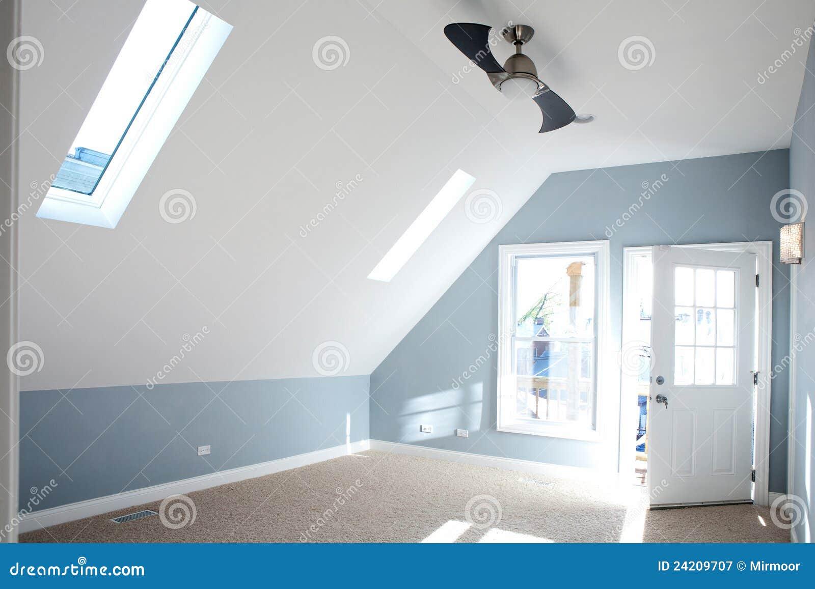 Vägg för blå färg för sovrum tom modern royaltyfri fotografi ...