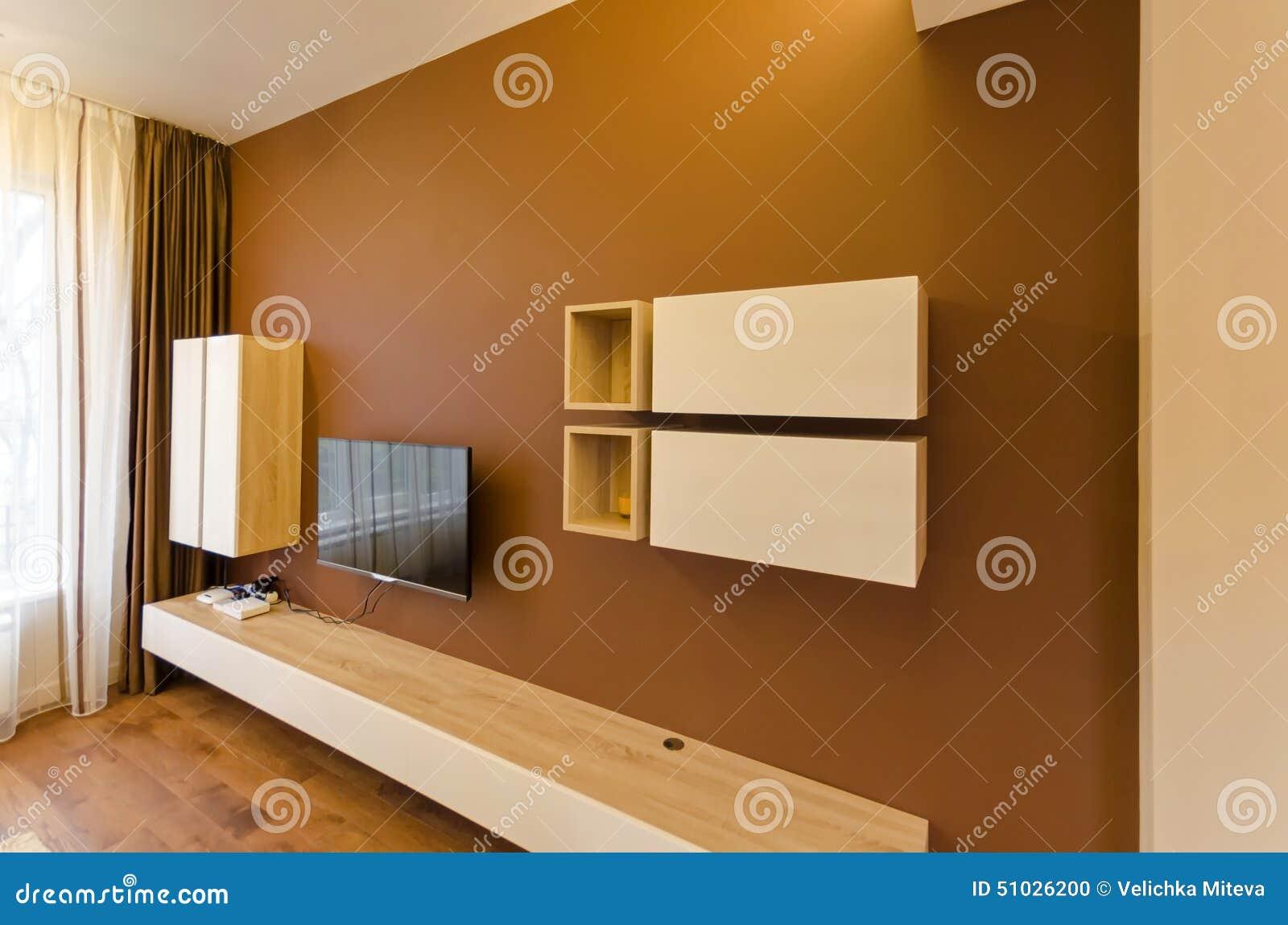 Vägg i vardagsrum med skåpet och tv arkivfoto   bild: 51026200
