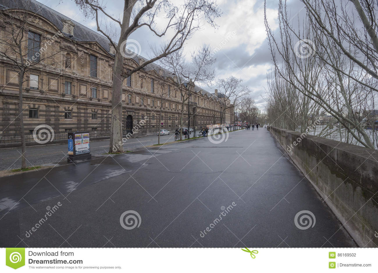 Via accanto al museo del Louvre, accanto alla Senna, Parigi, Francia