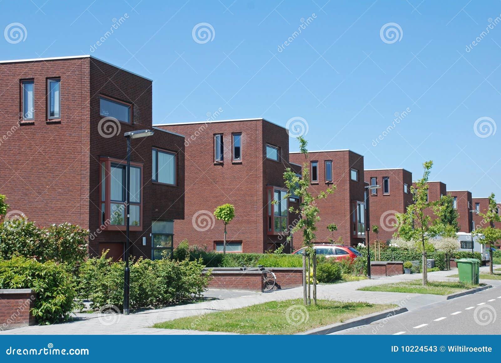 Via con le case moderne immagine stock immagine di Le case moderne