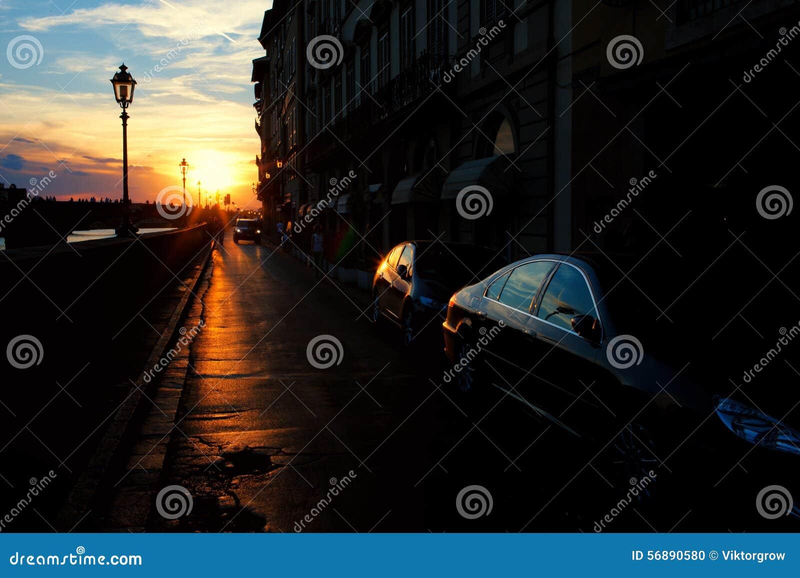 Via di Firenze con le riflessioni sulle macchine al tramonto