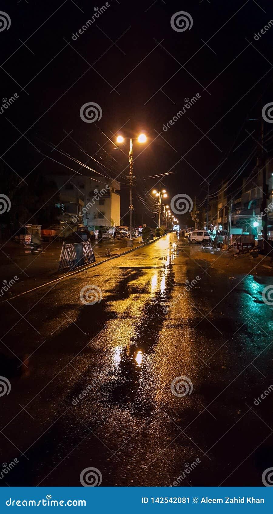 Via di Karachi dopo pioggia alla notte