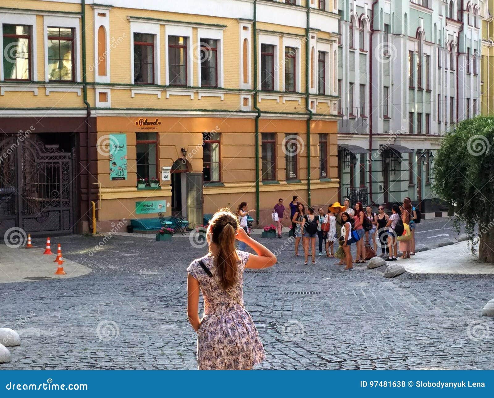 Via di Kiev, centro storico, un gruppo di gente differente,