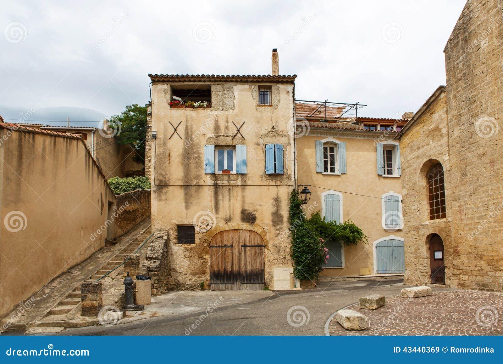 Via di provencal con le case tipiche in francia del sud for Case del sud con portici avvolgenti