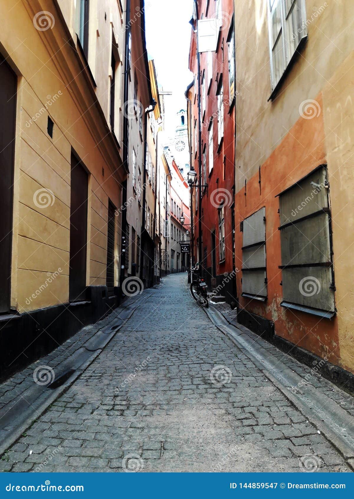 Via di vecchia città europea, Stoccolma, Svezia, estate