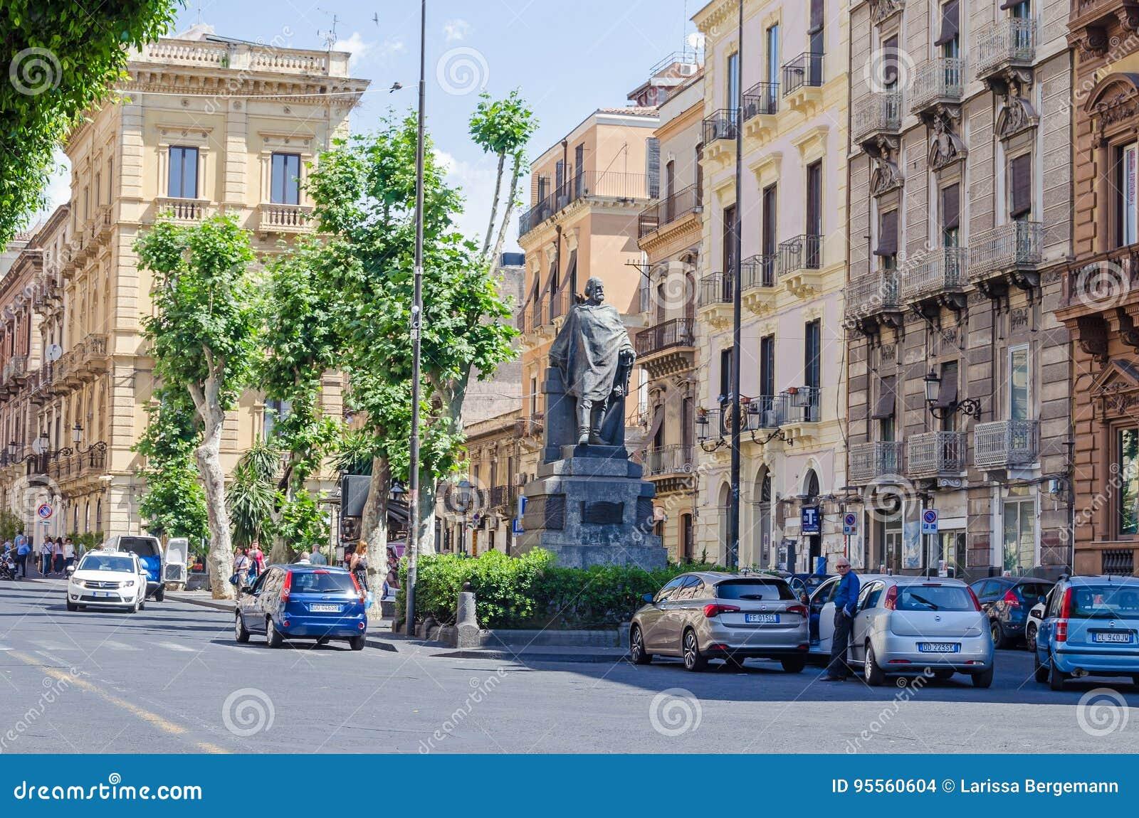 Via Etnea met het standbeeld van Giuseppe Garibaldi