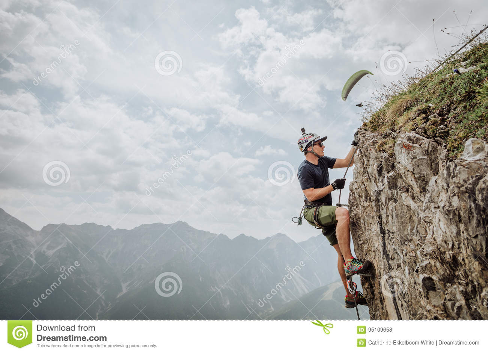 Klettersteigen Oostenrijk : Via ferrata die in oostenrijk beklimmen redactionele stock foto