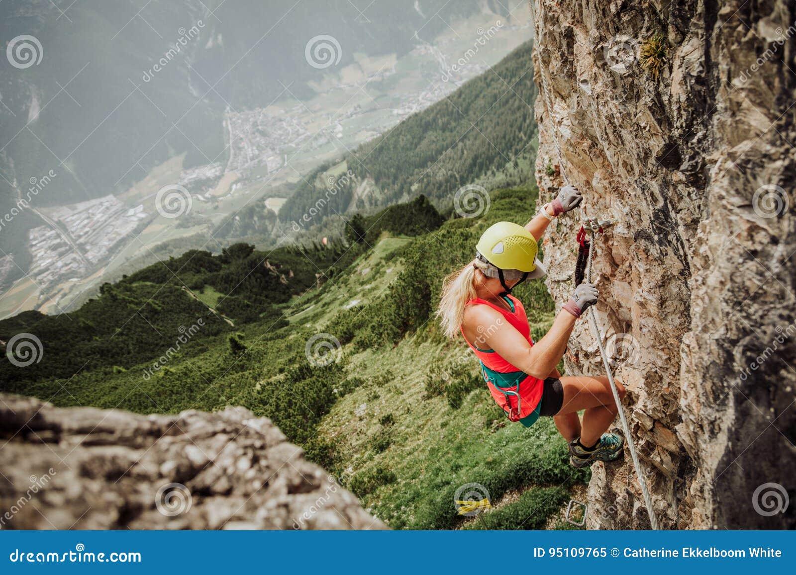 Klettersteigen Oostenrijk : Via ferrata die in oostenrijk beklimmen redactionele afbeelding