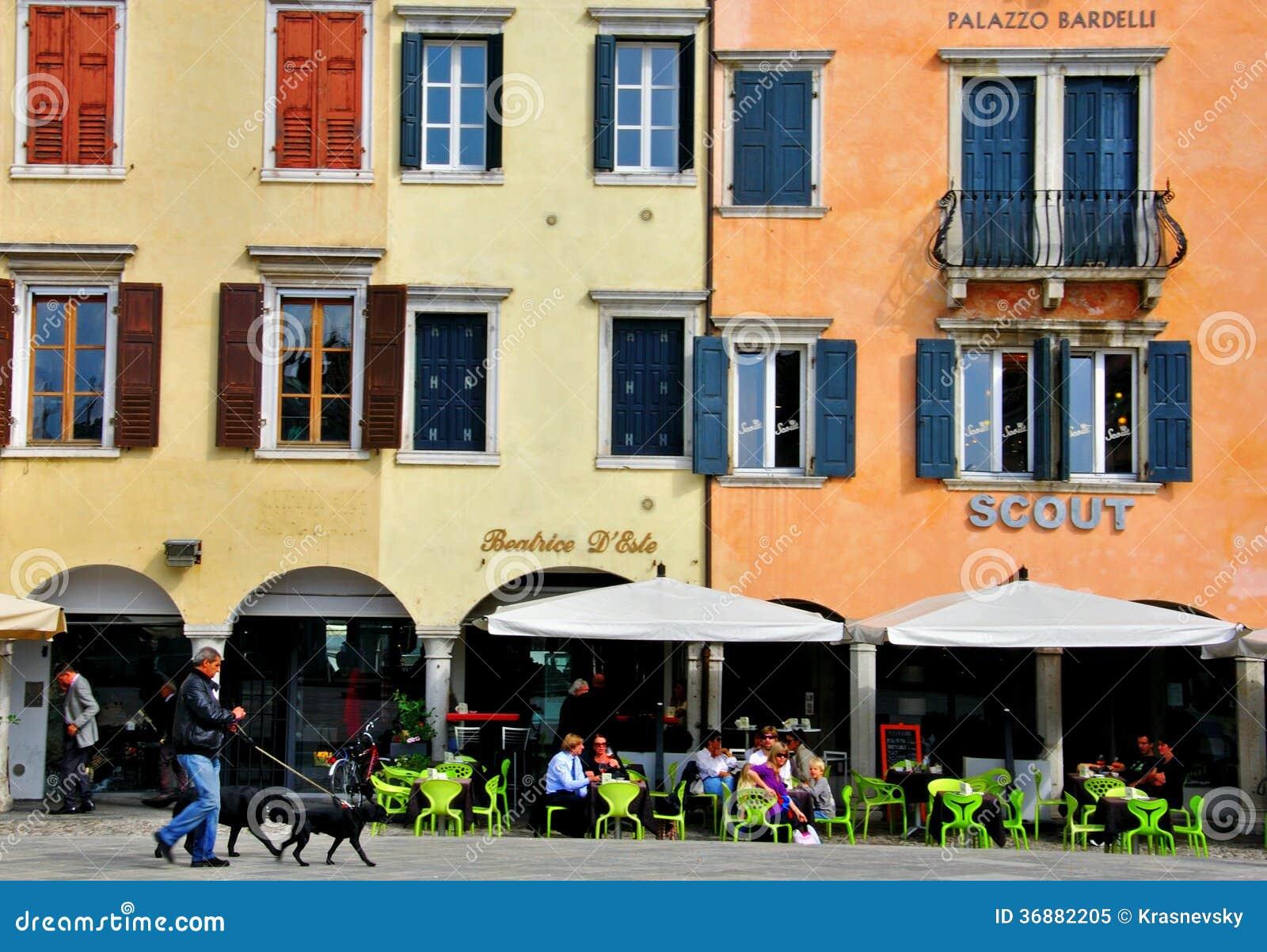 Download Via Italiana, Paesaggio Urbano Di Udine Immagine Editoriale - Immagine di caffè, giovanni: 36882205