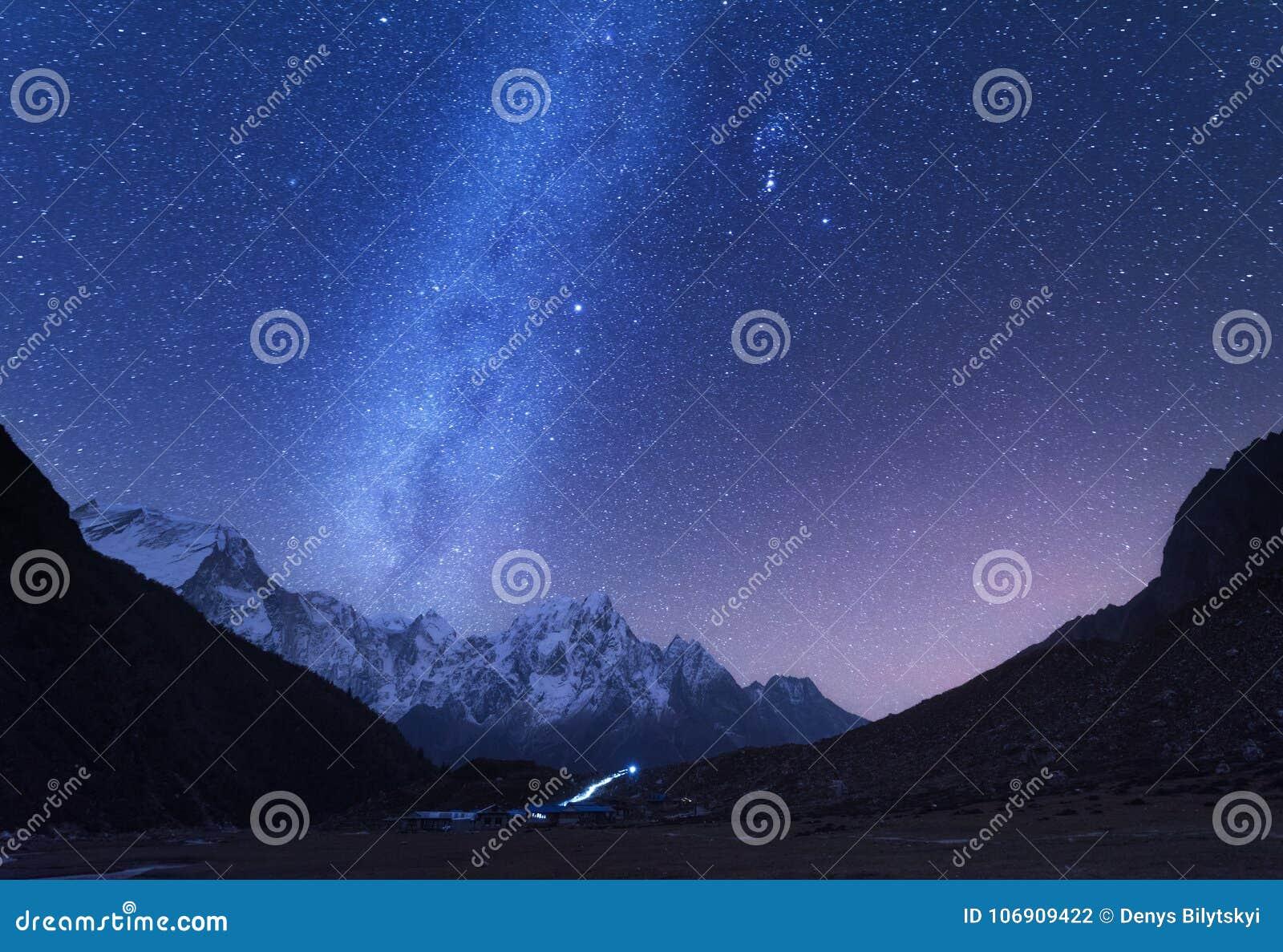 Via Láctea e montanhas Paisagem da noite