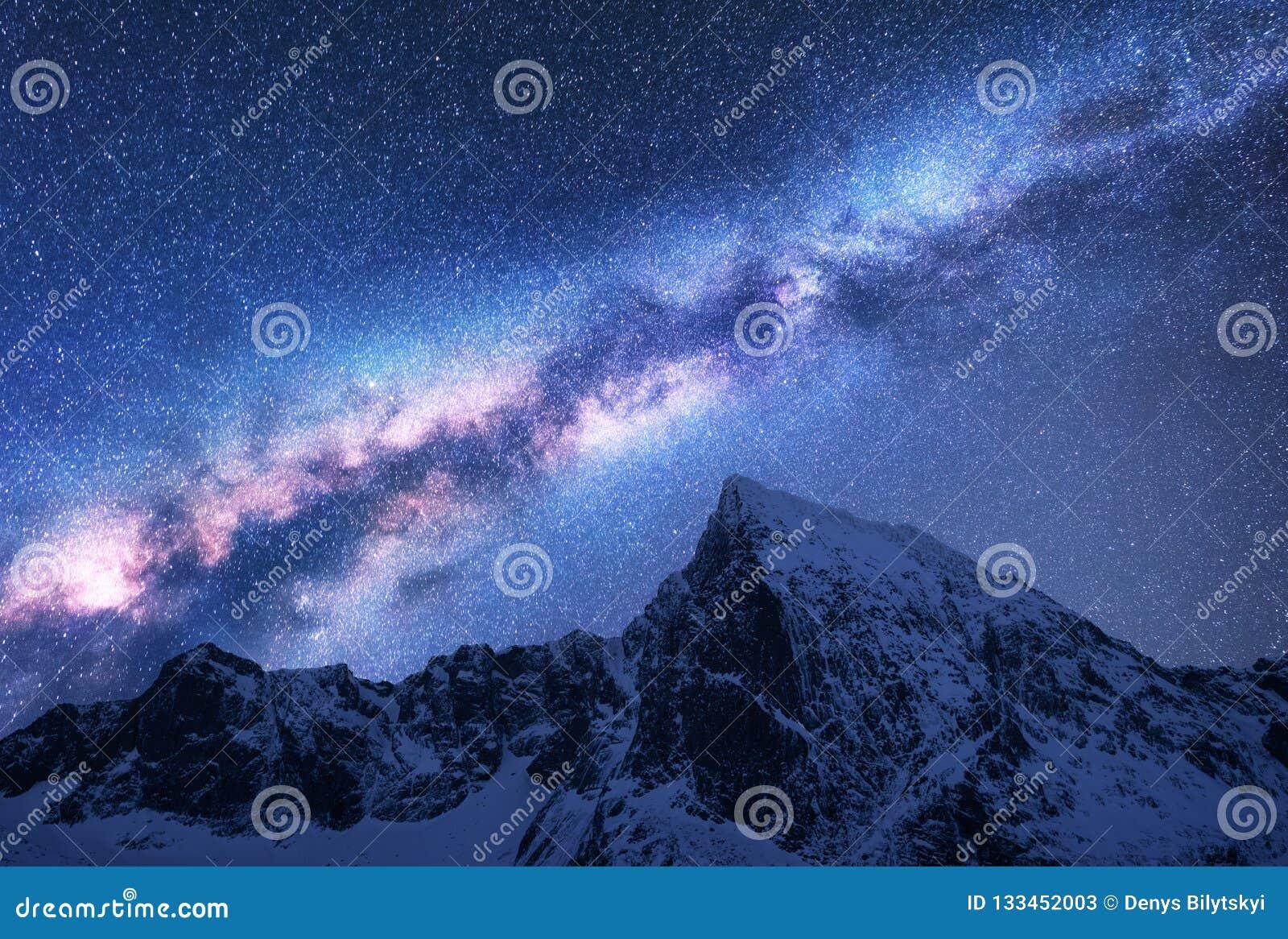 Via Látea acima das montanhas nevados na noite espaço