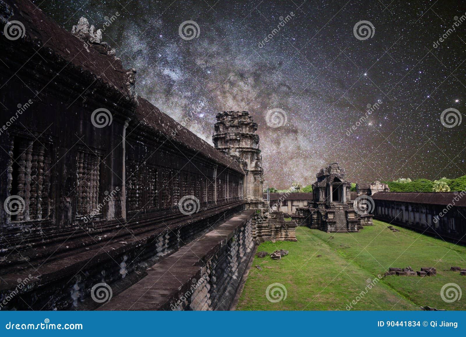 Via Látea do verão em Angkor Wat, cambodia