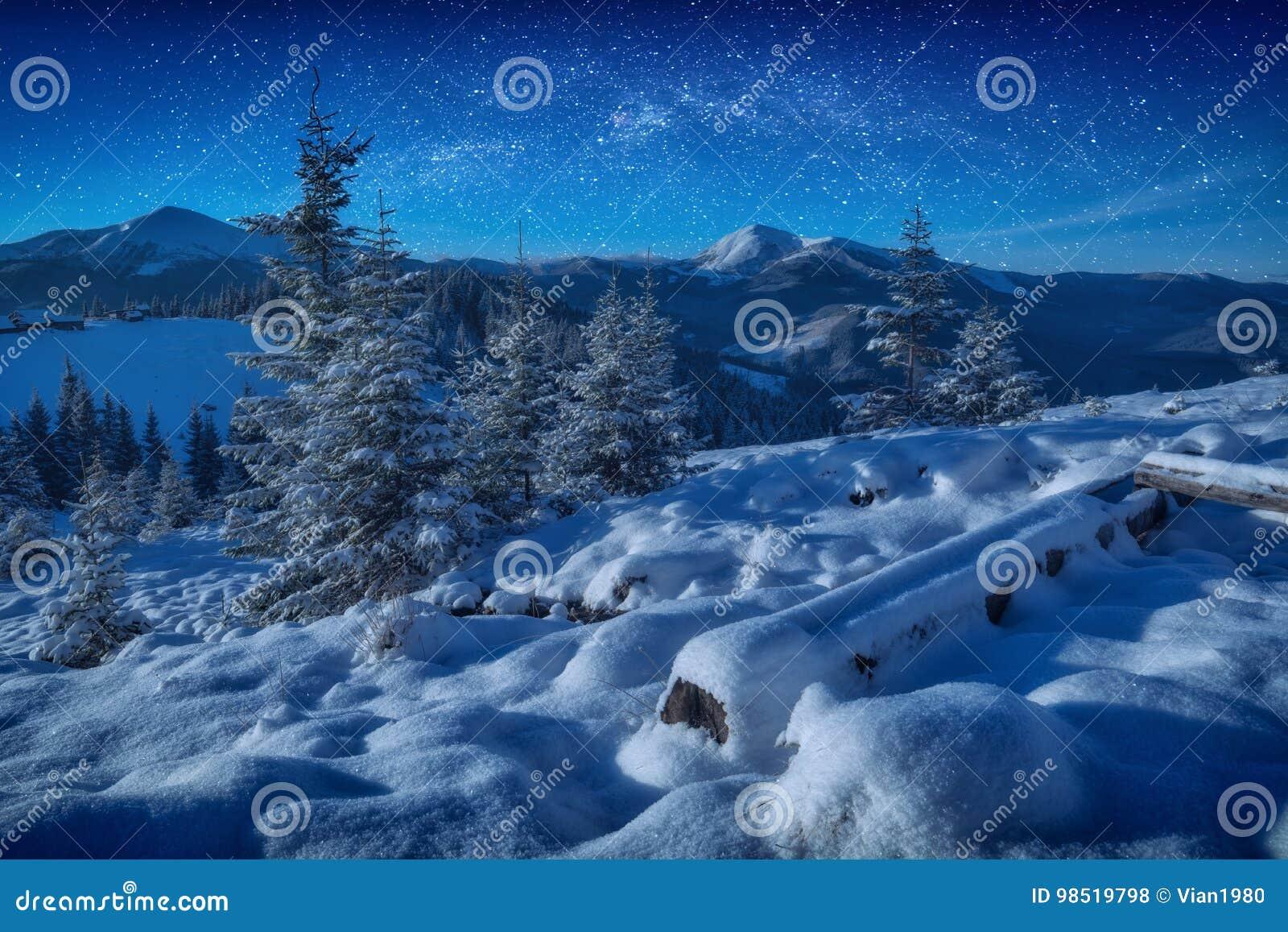 Via Lattea fantastica in un cielo stellato sopra le montagne