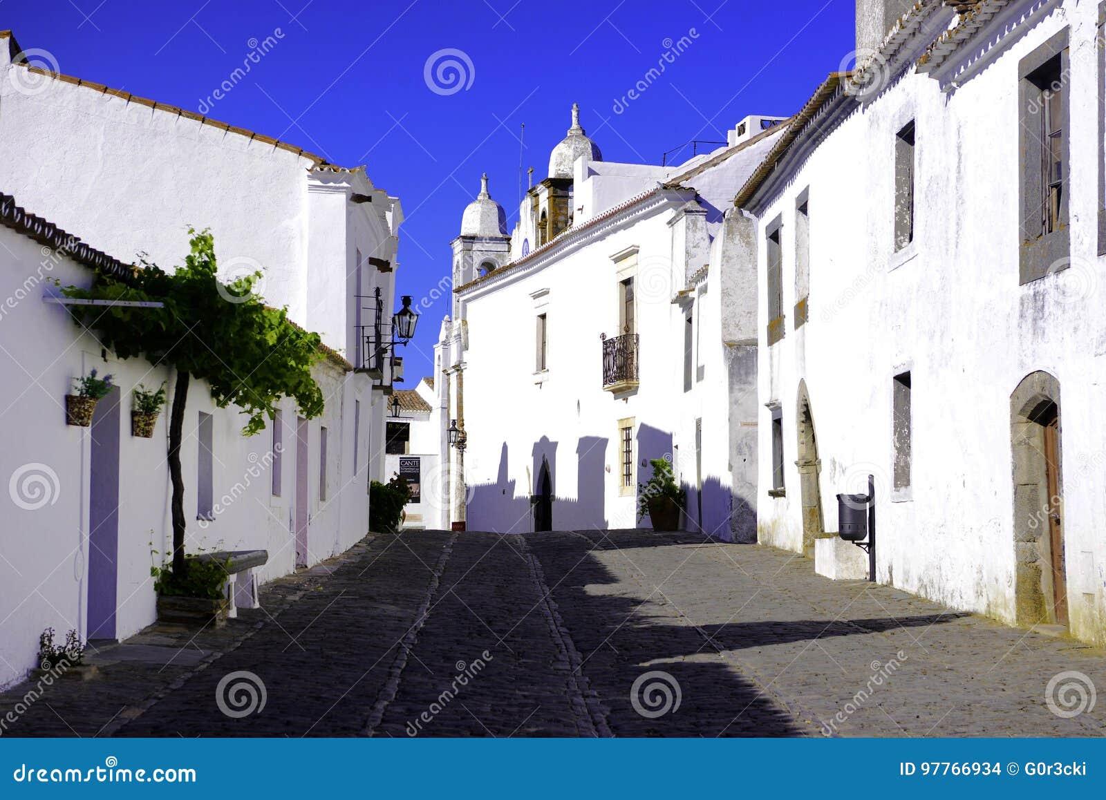 Via singolare tipica dell Alentejo, costruzioni bianche luminose, viaggio a sud del Portogallo