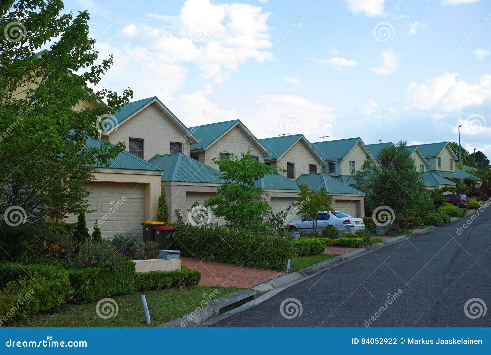 Case Tipiche Australiane : Via suburbana con le camere nelle montagne blu australia fotografia