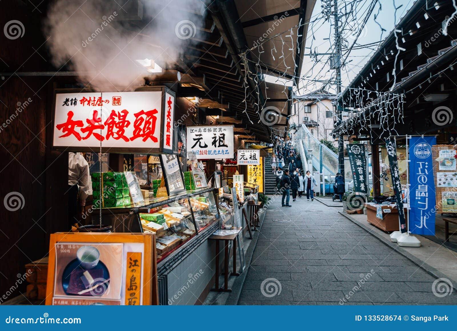 Via tradizionale giapponese della stalla dell alimento in Enoshima, Giappone