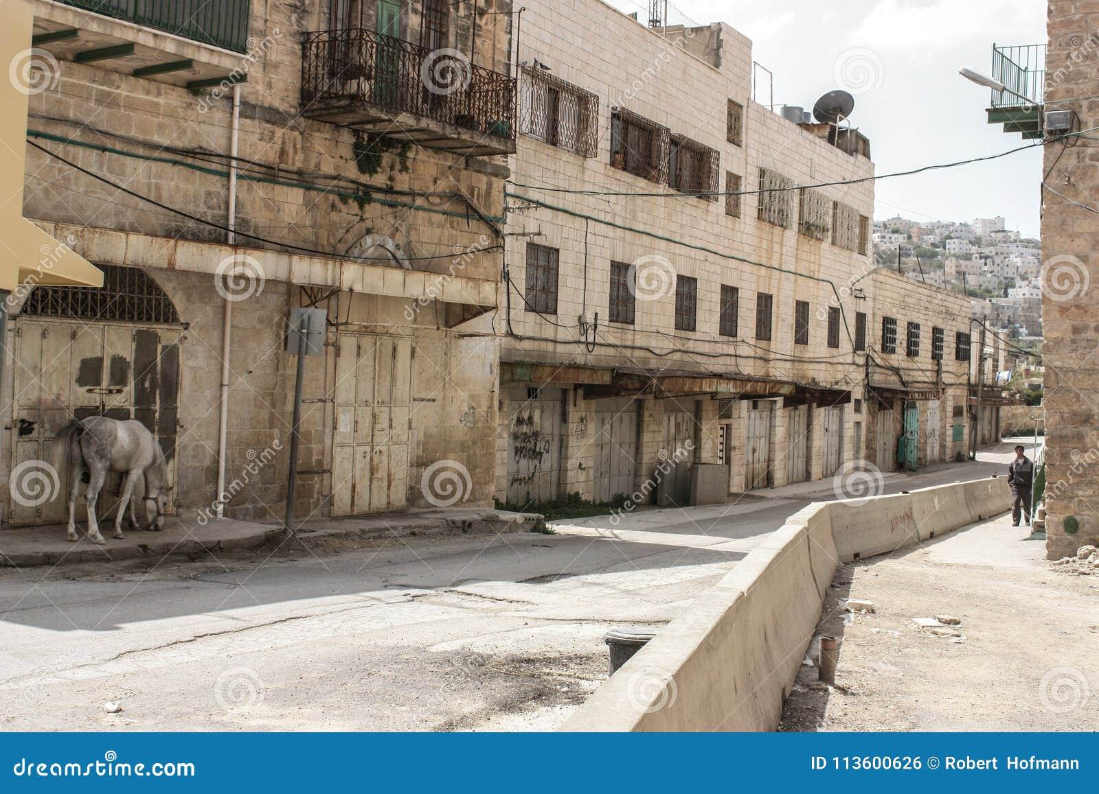 Via vuota ed abbandonata nella città occupata di Hebron