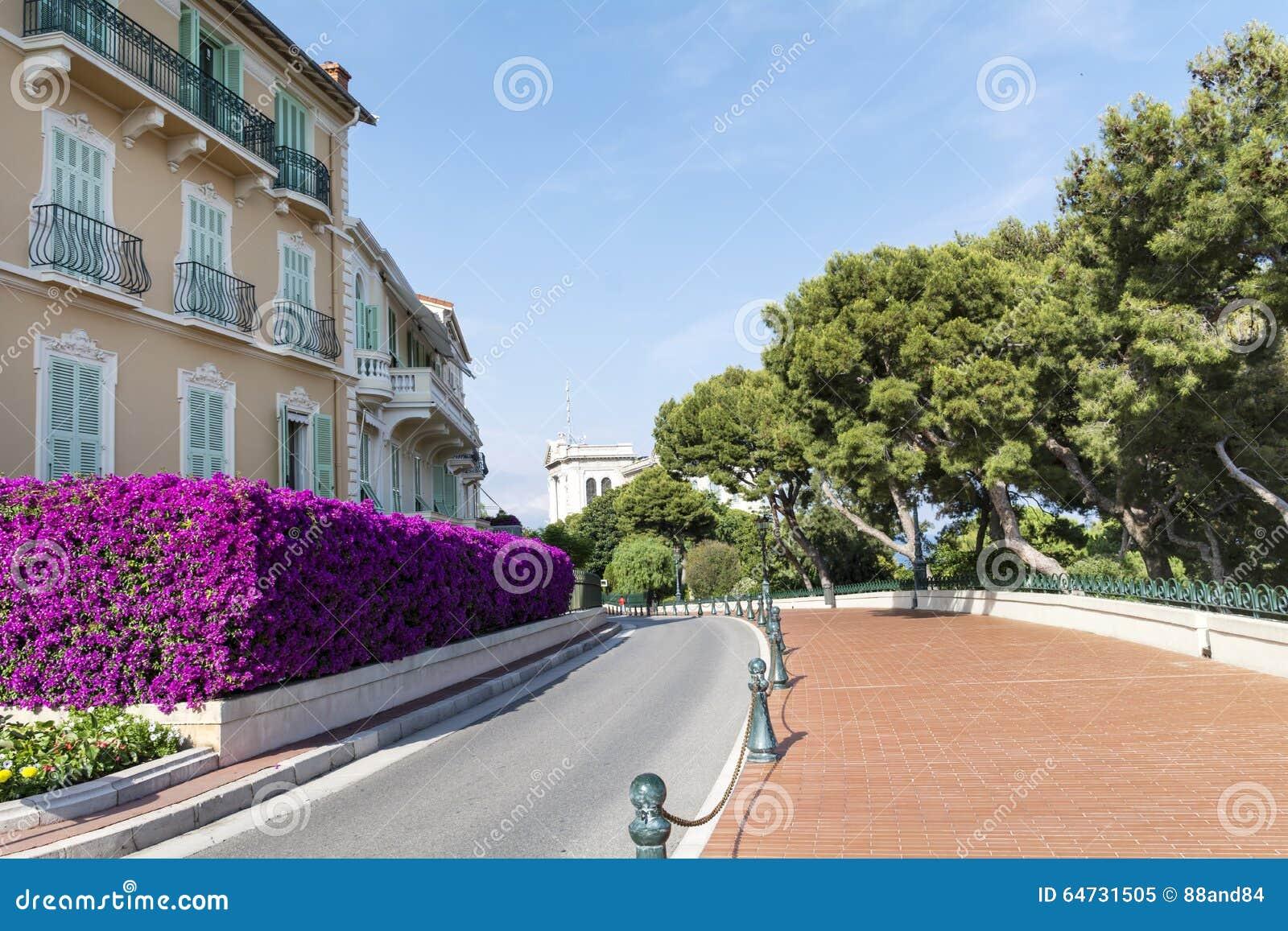 Via vuota tipica in vecchia città nel Monaco in un giorno soleggiato