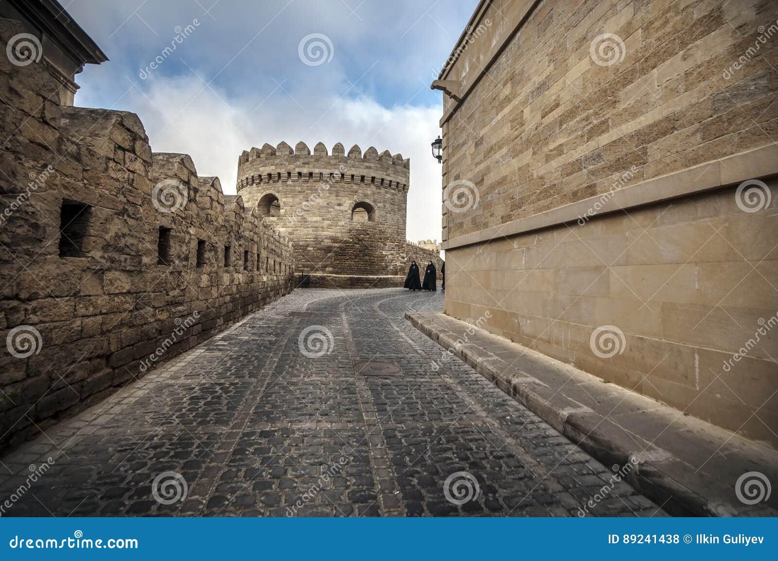 Via vuota in vecchia città di Bacu, Azerbaigian Vecchia città Bacu Costruzioni del centro urbano