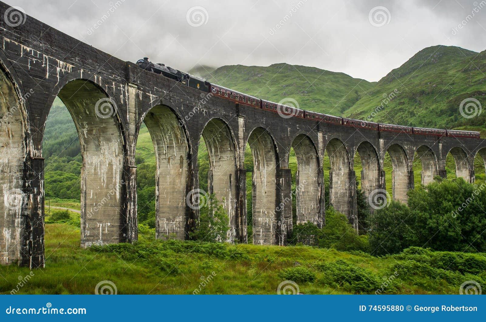 Viaduc de Glenfinnan de croisement, le train de vapeur de Jacobite