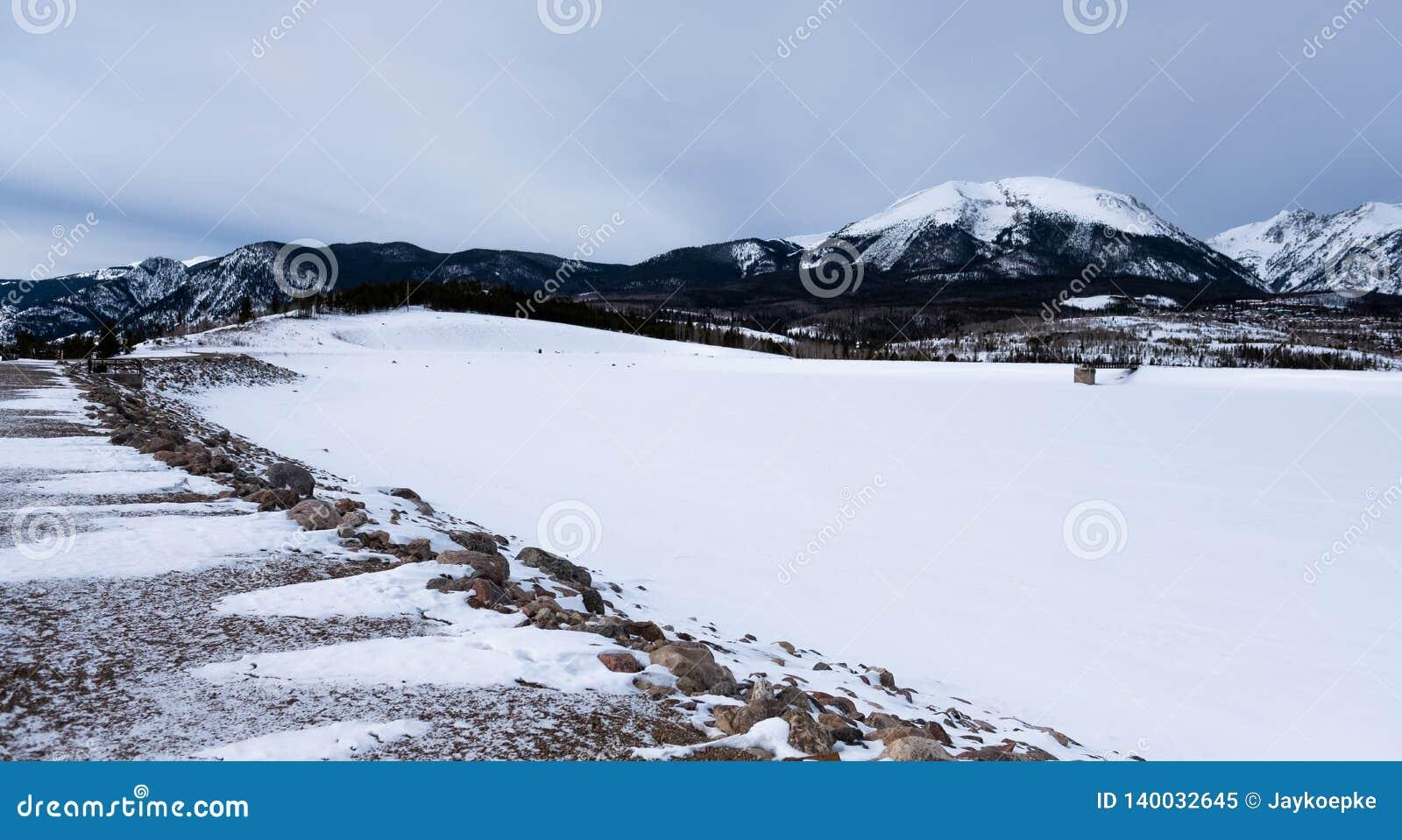 Viaduto coberto de neve em Frisco, Colorado, EUA
