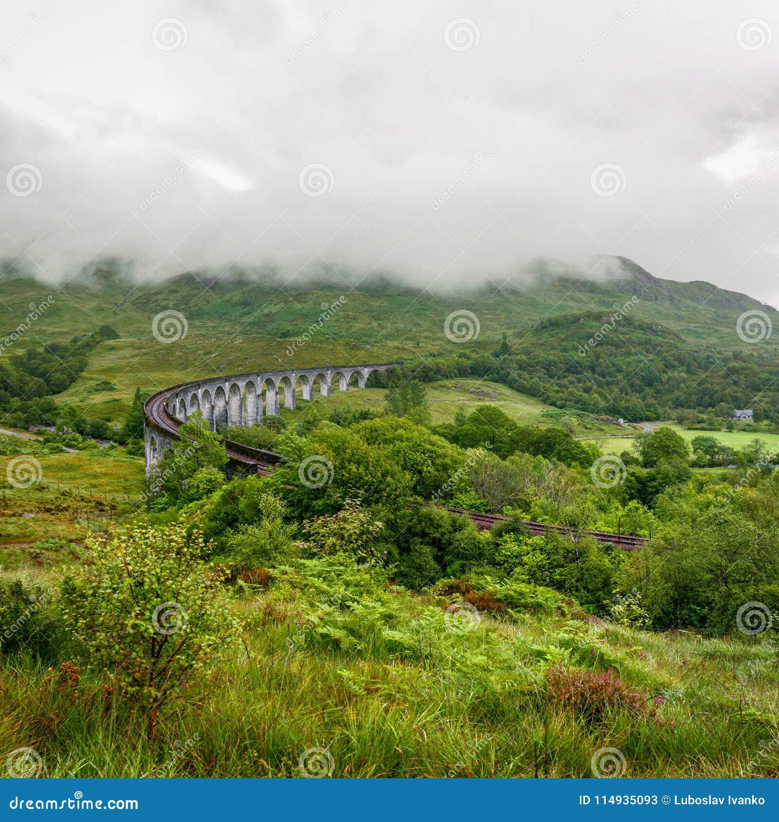 Viaduto de Glenfinnan em Escócia no dia nublado