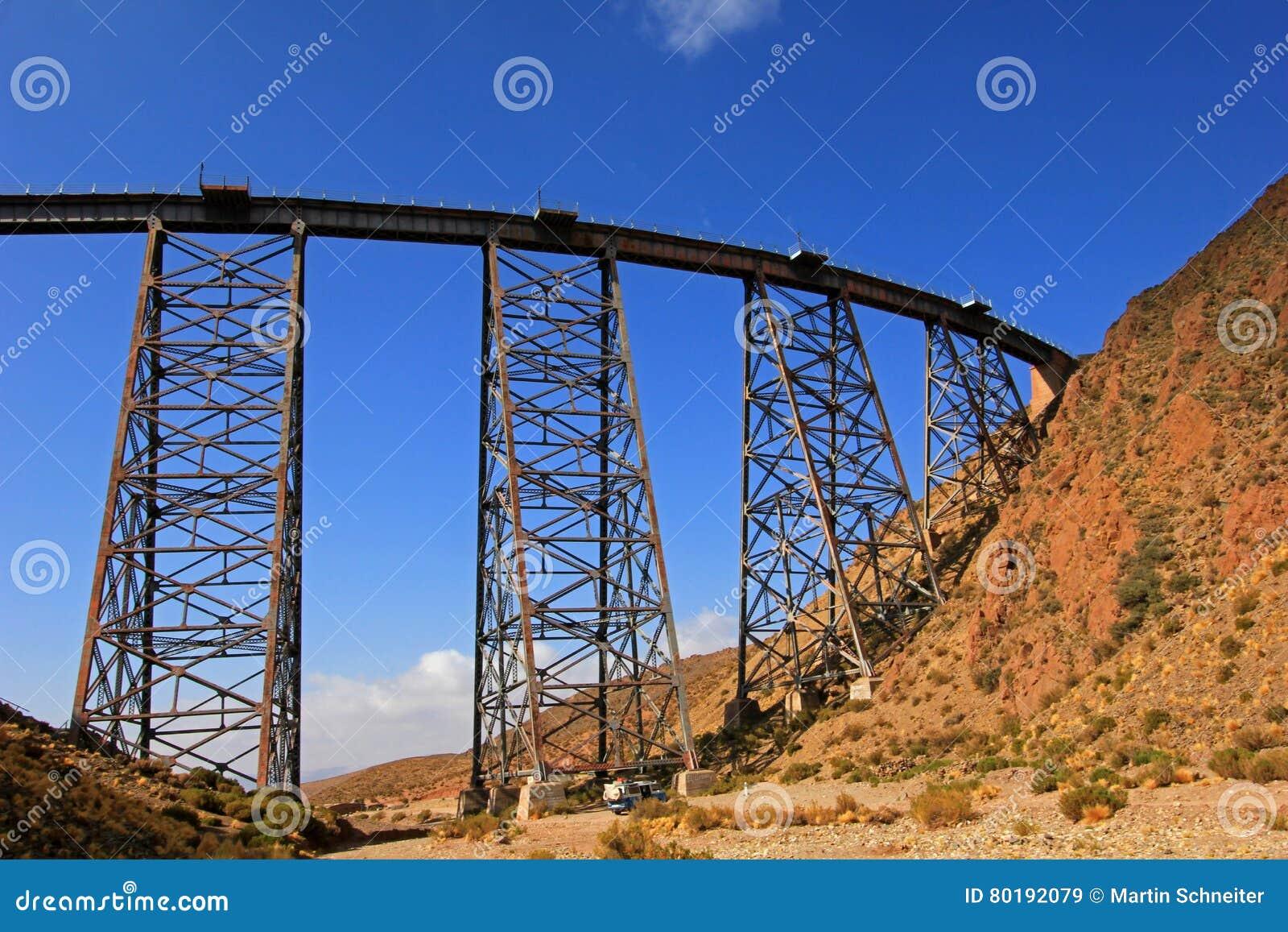 Viaduto de Polvorilla do La, Tren um Las Nubes, ao noroeste de Argentina