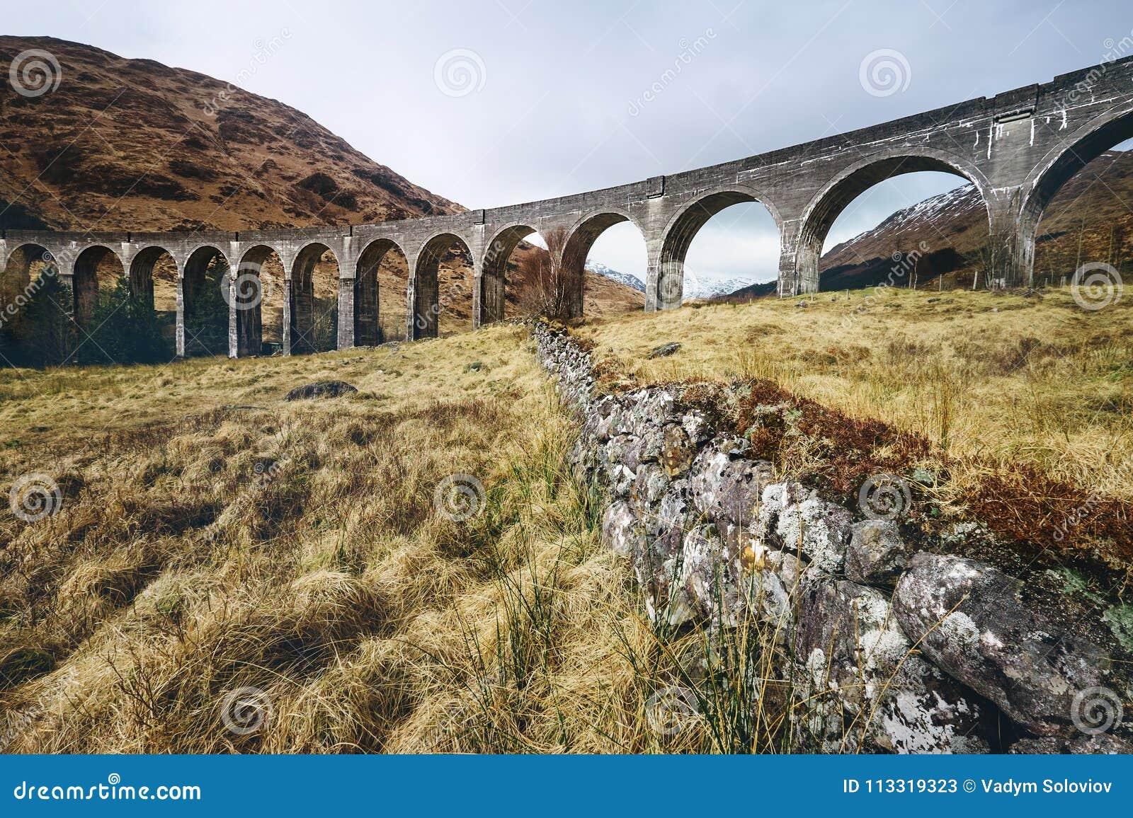Viaduto famoso de Glenfinnan, montanhas, Escócia, Reino Unido