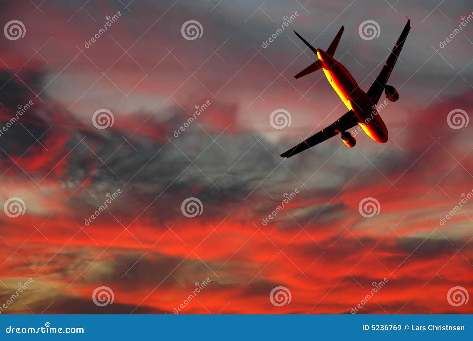 Viagem aérea - plano e por do sol