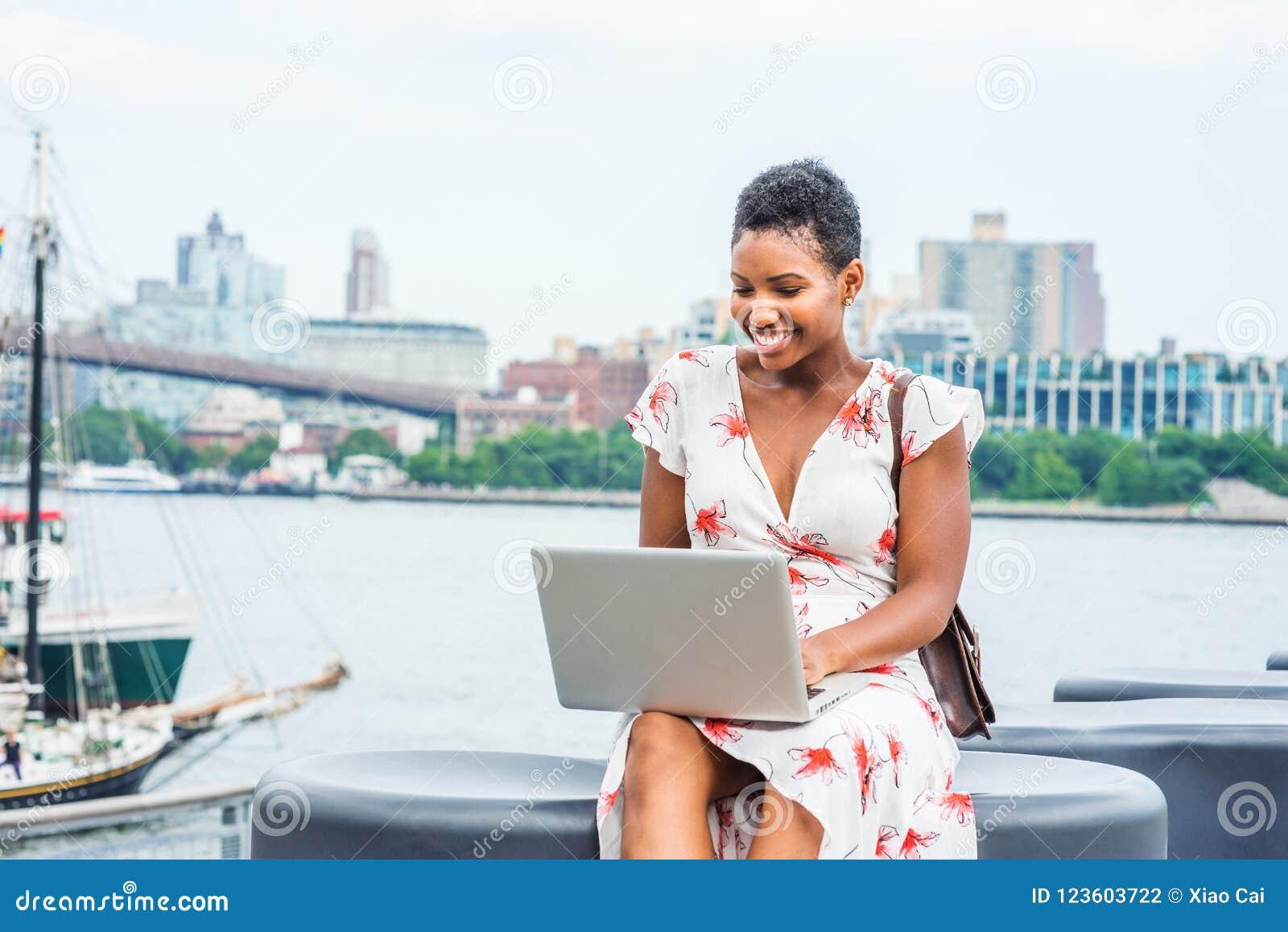 Viagem afro-americano nova da mulher, trabalhando em New York