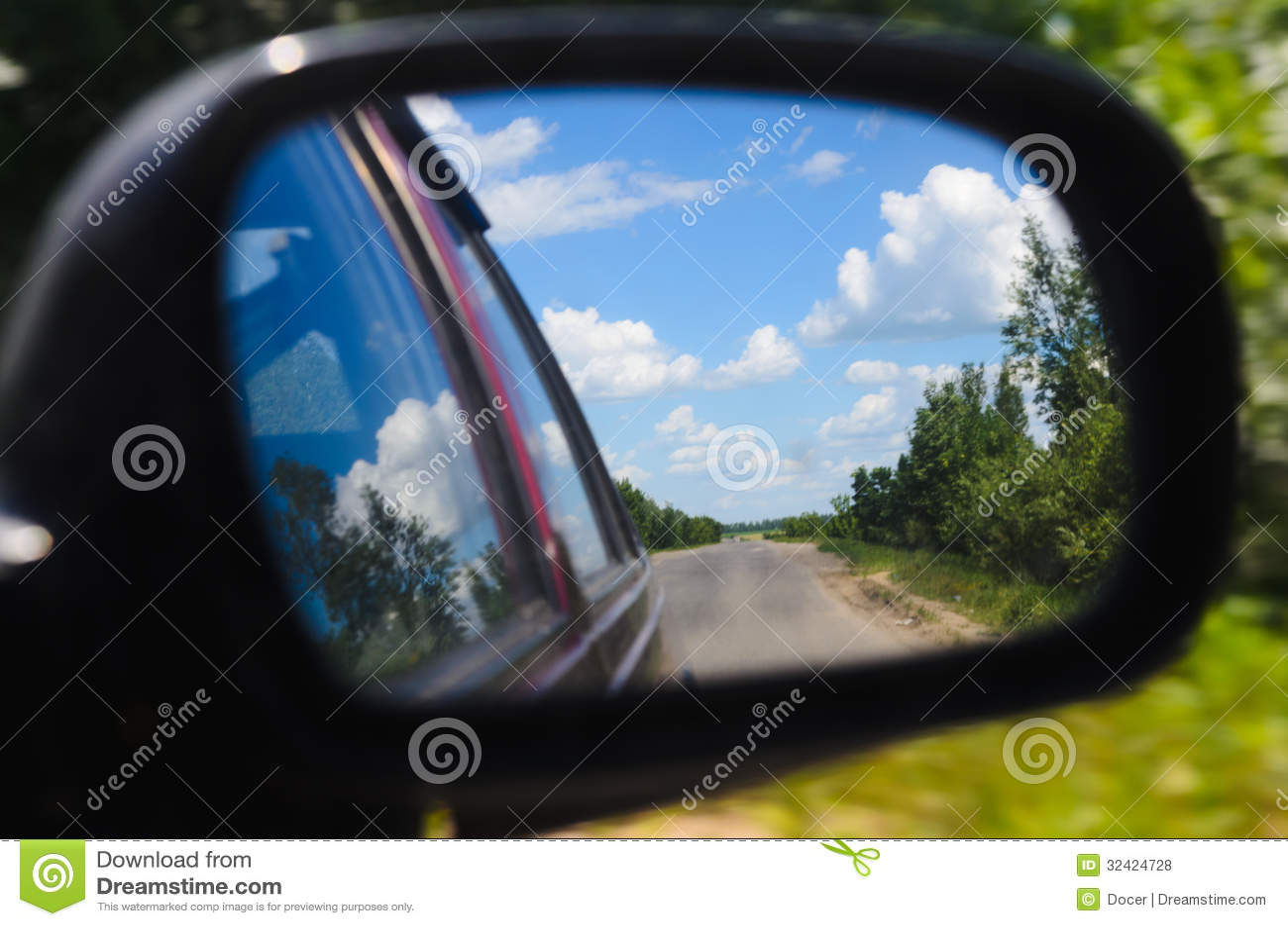 Viagem avançada em estradas rurais. equitação do carro. espelho retrovisor