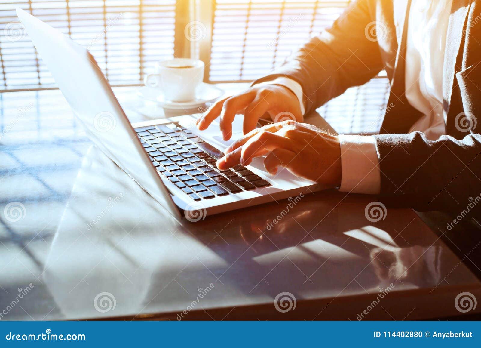 Viagem de negócios, trabalhando no portátil do computador em linha, close up das mãos