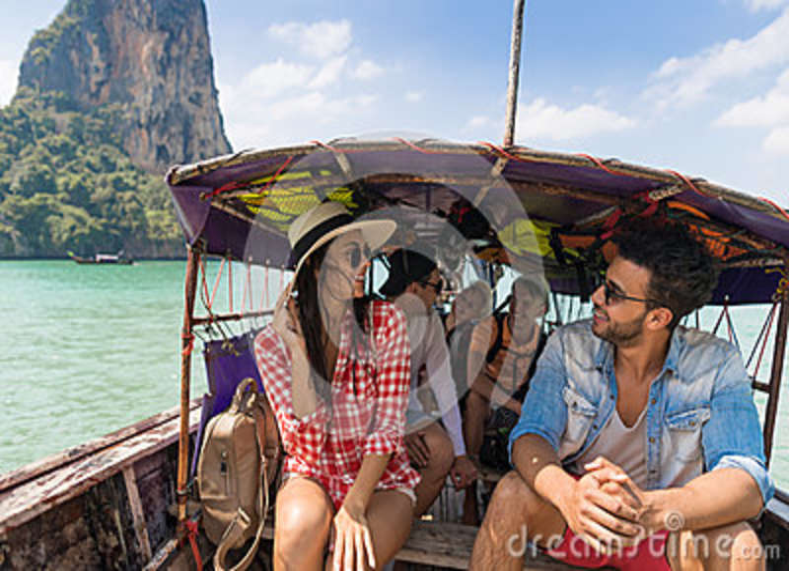 Viagem do curso das férias do mar dos amigos do oceano do barco de Tailândia da cauda longa da vela do turista do grupo dos joven