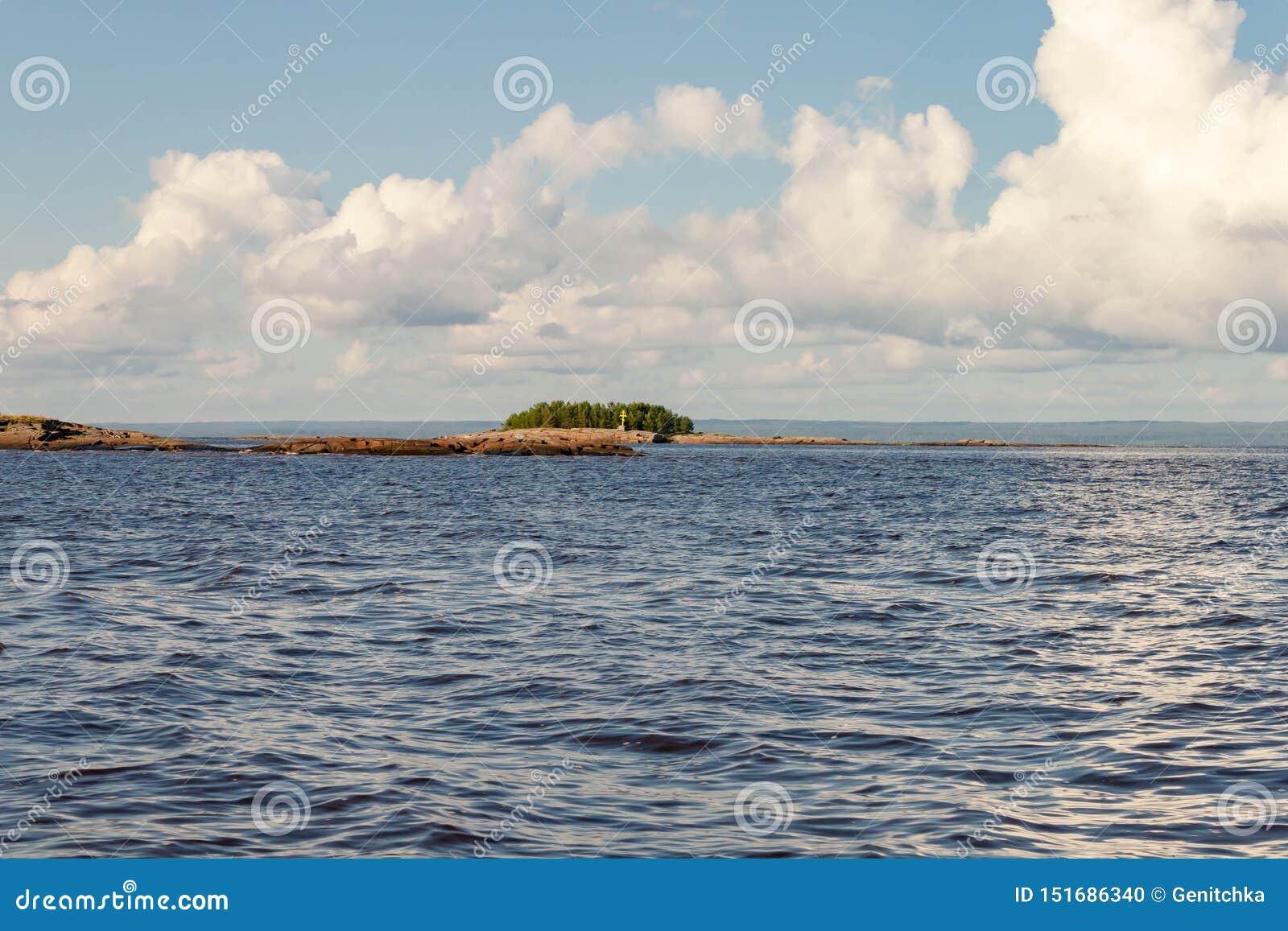Viagem do mar pelo barco de motor à ilha rochosa de Kiy pelo mar branco cidade de Rússia, Onega, região de Arkhangelsk