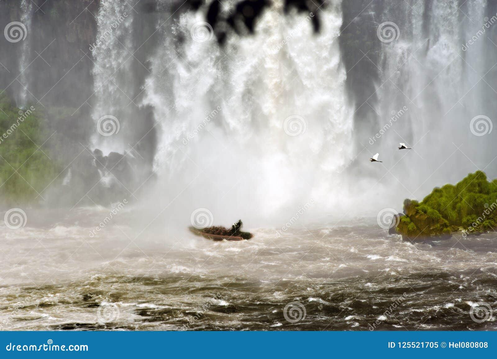 Viagem a Foz de Iguaçu, excursão do barco à cortina de água de cachoeiras de Iguazu