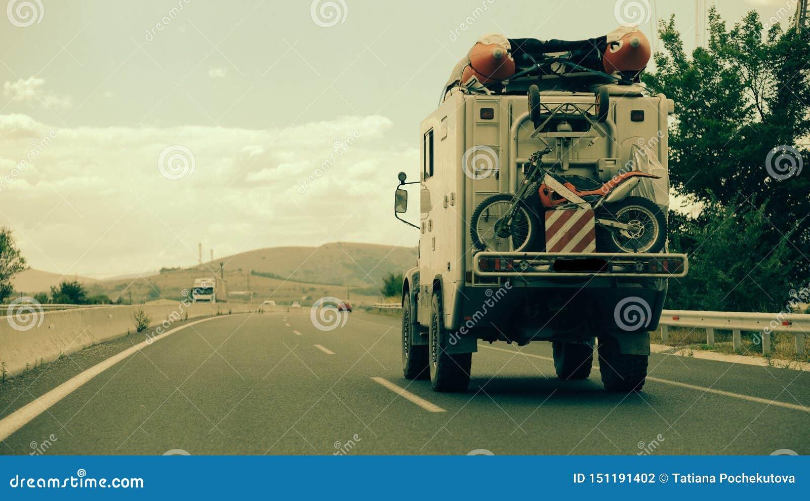 Viagem por estrada através de Grécia com um campista de Unimog!