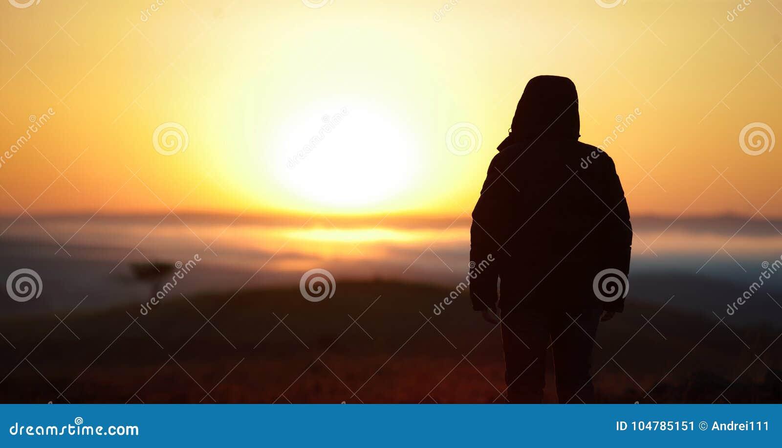 Viaggiatore dell uomo al sole di alba