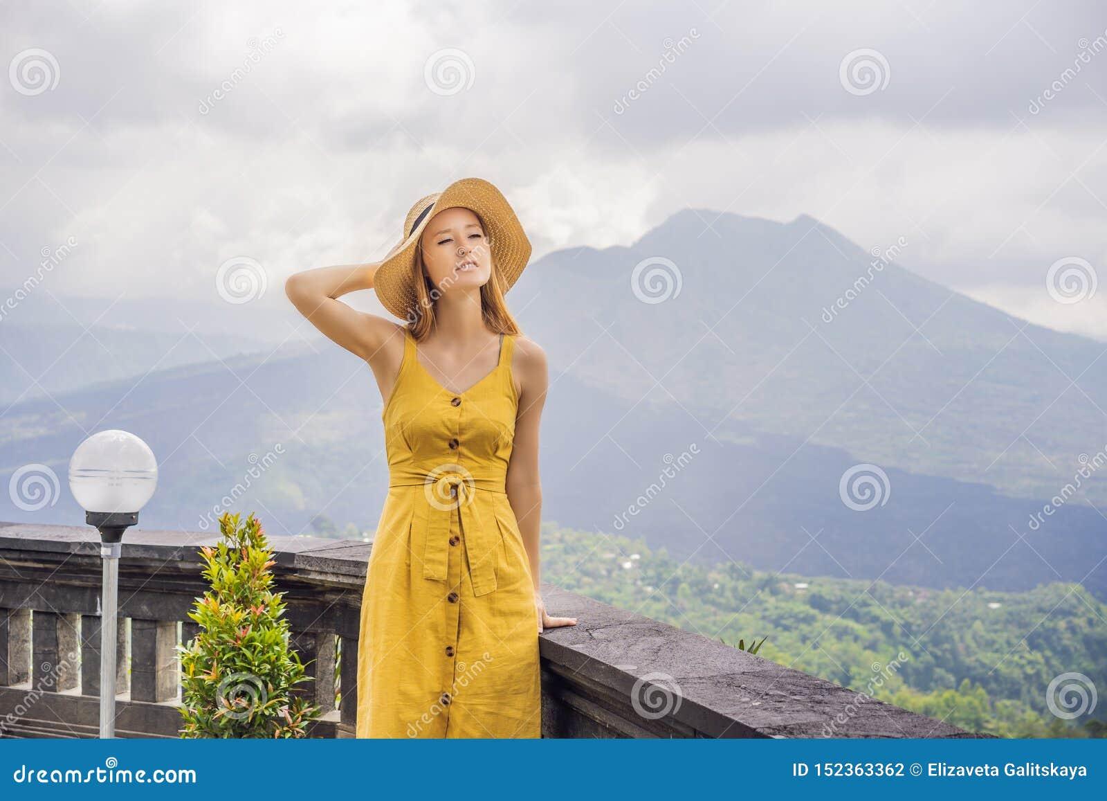 Viaggiatore della donna che esamina il vulcano di Batur l indonesia