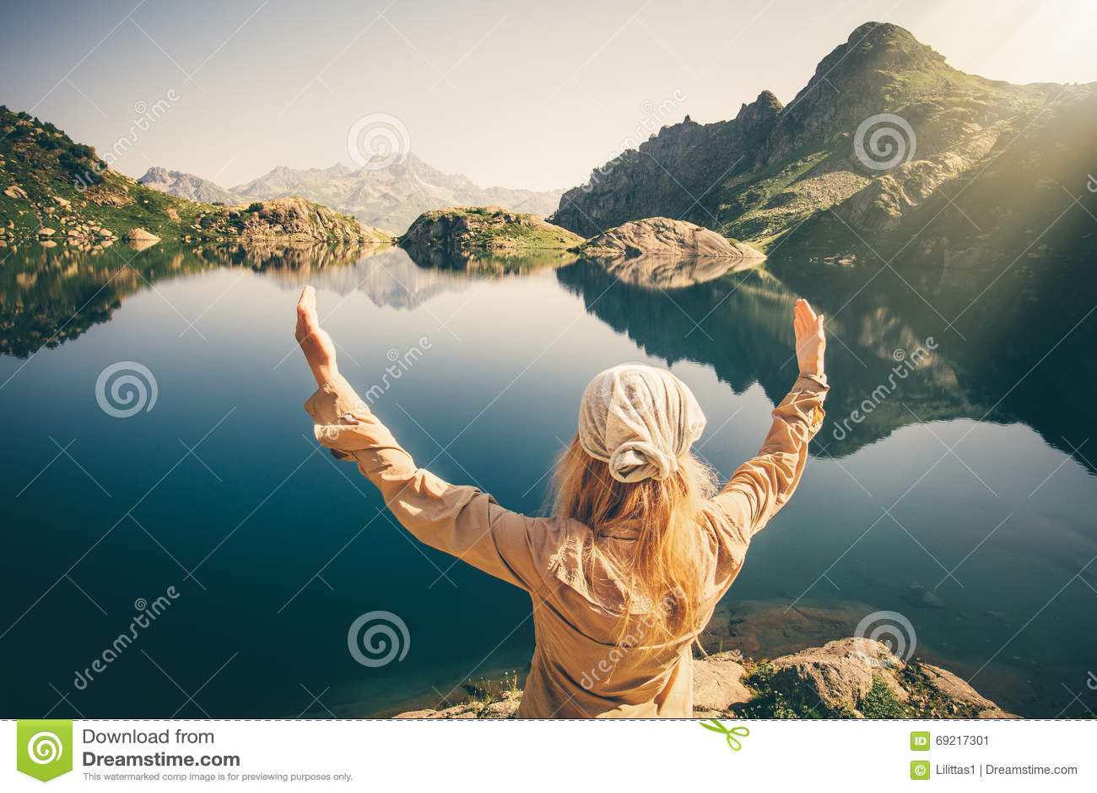 Viaggiatore della donna che medita armonia con la natura