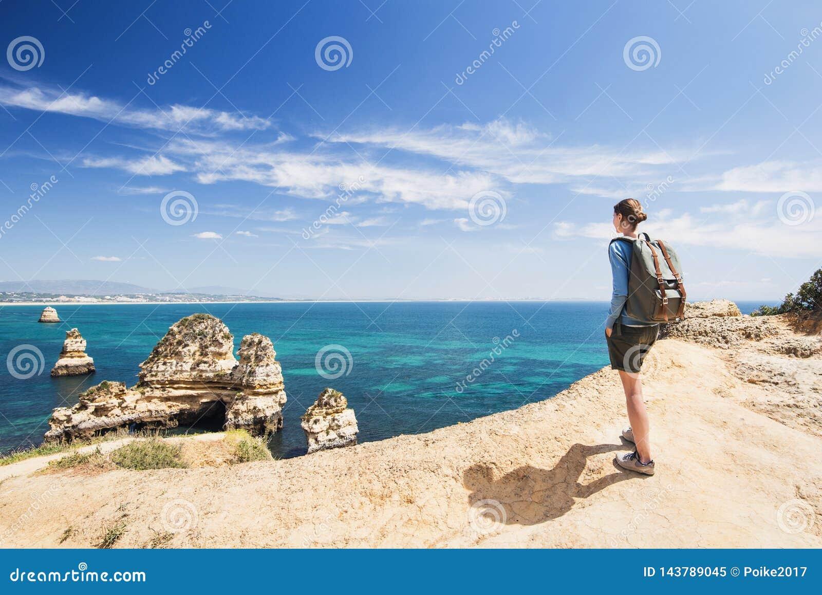 Viaggiatore della giovane donna che esamina il mare nella citt? di Lagos, regione di Algarve, Portogallo concetto di stile di vit